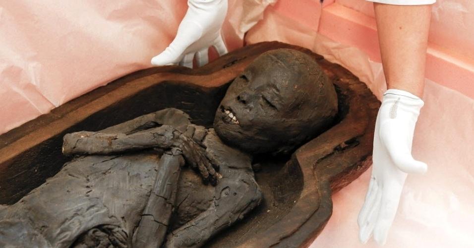 26.set.2015 - Especialistas abrem sarcófago que abriga uma múmia egípcia que pertence ao Museu Real de Arte e História da Bélgica, antes de ela ser escaneada pelo departamento de imagem médica das Clínicas Universitárias Saint-Luc, em Bruxelas. A múmia será exibida ao público durante a mostra 'Sarcófagos, sob as estrelas de Nut' a partir de 15 de outubro no museu Cinquentenário