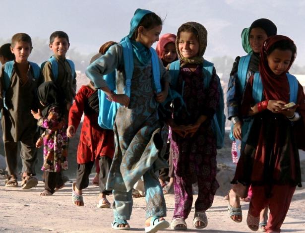 Crianças andam para chegar em escola ao ar livre de Jalalabad