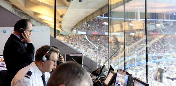 O presidente francês François Hollande recebe telefonema no momento dos ataques ao Stade de France, em Paris