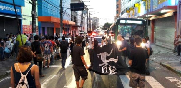 Grupo bloqueou via na região da Lapa, zona oeste da capital, no começo da manhã desta sexta-feira (8)