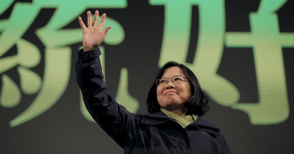 16.jan.2016 - Tsai Ing-wen comemora a vitória nas eleições presidencias de Taiwan neste sábado. A líder da oposição, de tendência independente, foi declarada vencedora após o partido do governo admitir derrota. O resultado que deve inaugurar uma nova rodada de incertezas com a vizinha China