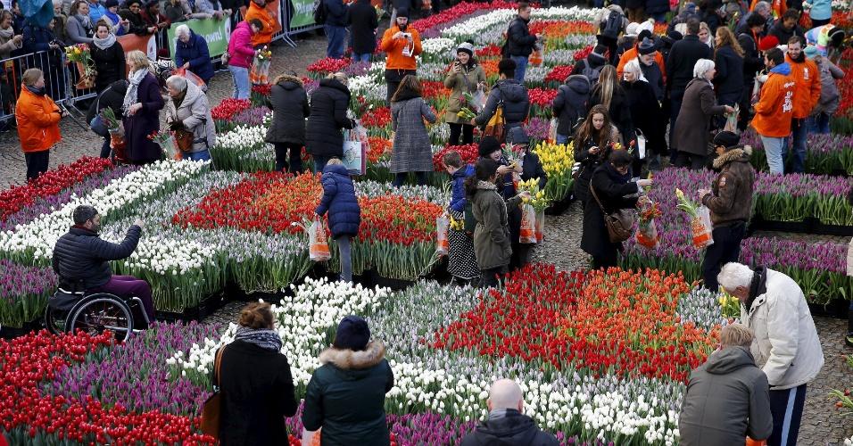 16.jan.2016 - Dezenas de pessoas foram à praça Dam, em frente ao Palácio Real, em Amsterdã, na Holanda, para celebrar o início da época das tulipas