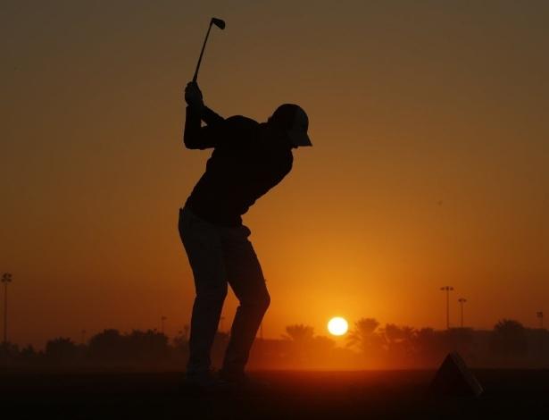 21.jan.2016 - O jogador de golfe se prepara para arremessar a bolinha incandecente...