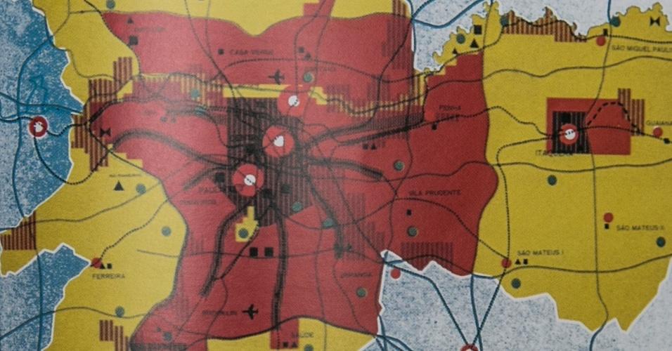 Publicado em 1969, o PUB (Plano Urbanístico Básico) foi encomendado pelo prefeito Faria Lima a empresas brasileiras e norte-americanas para ser o primeiro plano diretor da cidade. Para facilitar os deslocamentos pela cidade, o plano propunha uma rede de metrô de 450 km, o que incluía a modernização das ferrovias suburbanas, e uma malha ortogonal de 815 km de vias expressas, uma estrutura de mobilidade jamais alcançada. Também recomendava a descentralização da metrópole, com a formação de centros sub-regionais. Um deles seria Itaquera, bairro da zona leste que na época marcava a fronteira entre o urbano e o rural. O plano foi engavetado ainda em 1969 por Paulo Maluf, nomeado pela ditadura para suceder Faria Lima na prefeitura