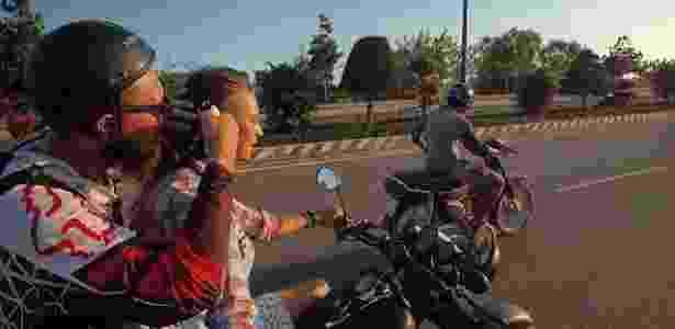 No Vietnã, o cabeleireiro russo Denis Yushin cortou os cabelos de uma garota durante um passeio de moto - Denis Yushin/Acervo pessoal