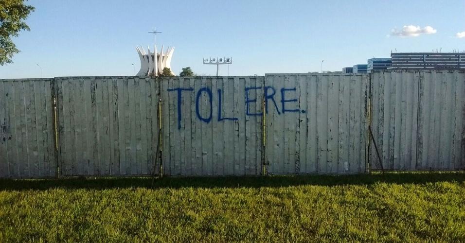 13.abr.2016 - Pichação pede tolerância no lado do muro onde ficarão manifestantes anti-impeachment no próximo domingo (17), dia da votação no plenário na Câmara do processo de afastamento da presidente Dilma Rousseff