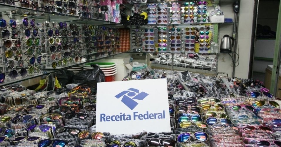 14.abr.2016 - A Receita Federal apreendeu cerca de 600 mil óculos de sol e de grau no centro de São Paulo em uma operação contra a falsificação de óculos. Segundo o órgão, apreensões de óculos somaram mais de R$ 50 milhões no ano de 2015