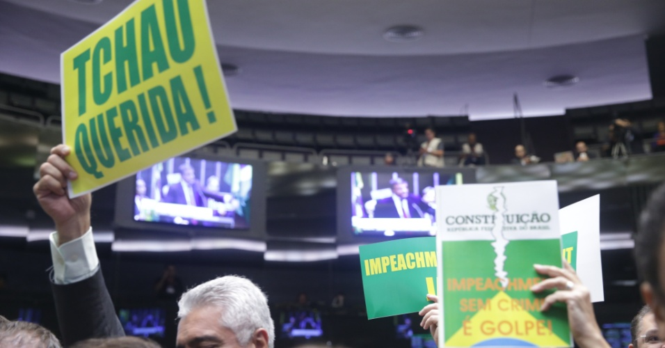 """15.abr.2016 - Deputados favoráveis ao impeachment empunharam cópias da Constituição e faixas de """"Tchau querida!"""" durante sessão de debate sobre a possível cassação do mandato da presidente Dilma Rousseff (PT)"""