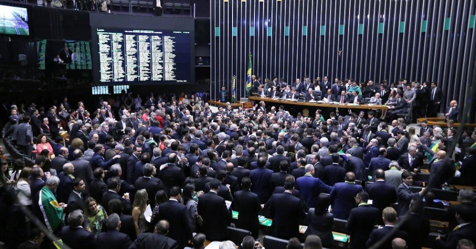 17.abr.2016 - Deputados se aglomeram para esperar sua vez de votar a favor ou contra a admissibilidade do processo de impeachment da presidente Dilma Rousseff (PT). A votação começou pelo Estado de Roraima