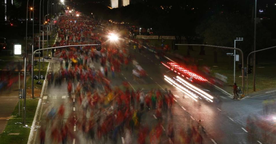 17.abr.2016 - Manifestantes contrários ao impeachment da presidente Dilma Rousseff caminham pela Esplanada dos Ministérios, em Brasília, após aprovação pela Câmara dos Deputados da abertura do processo