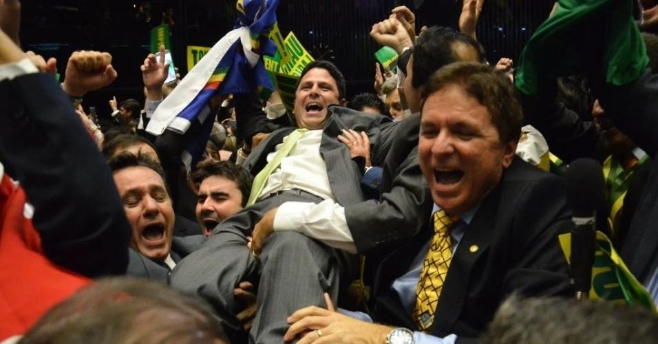 17.abr.2016 - O deputado Bruno Araújo (PSDB-PE), autor do voto de número 342 pró-impeachment, foi carregado por outros parlamentarem favoráveis à queda da presidente Dilma Rousseff (PT)