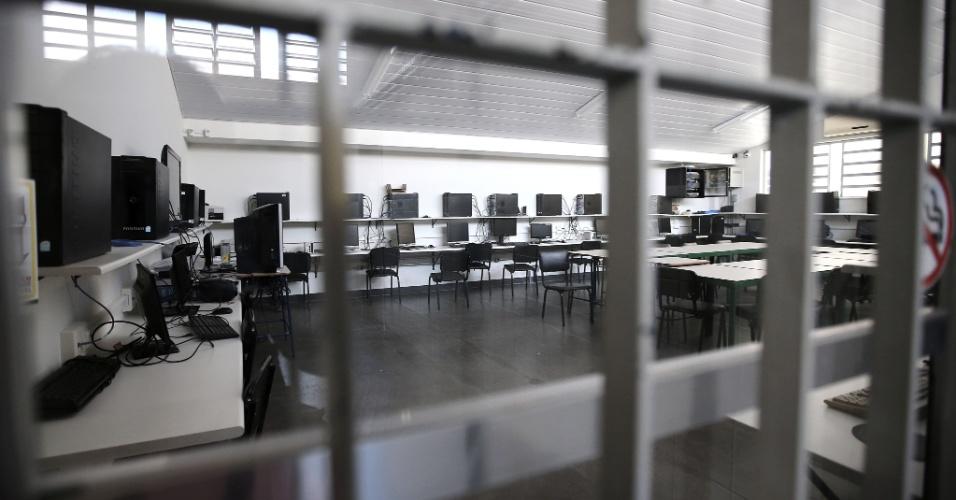 20.abr.2016 - Sala do laboratório de informática e tecnologia que nunca foi utilizado pelos alunos continua trancado com cadeado pela direção do Colégio Estadual Prefeito Mendes de Moraes