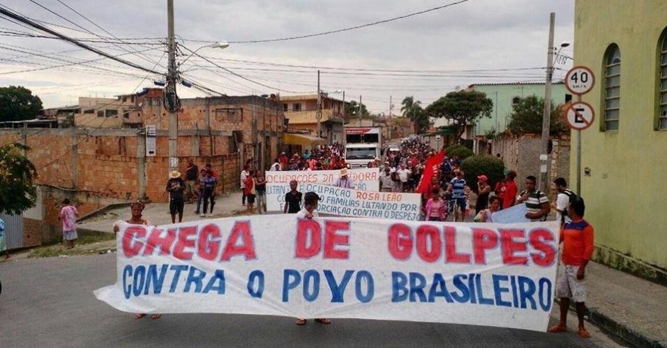 28.abr.2016 - Manifestantes da Frente Povo Sem Medo, composta por dezenas de movimentos sociais encabeçados pelo Movimento dos Trabalhadores Sem Teto (MTST), protestam contra o impeachment da presidente Dilma em rua da periferia de Belo Horizonte (MG). A Frente, que já havia anunciado a paralisação, realiza bloqueios em oito Estados e no DF