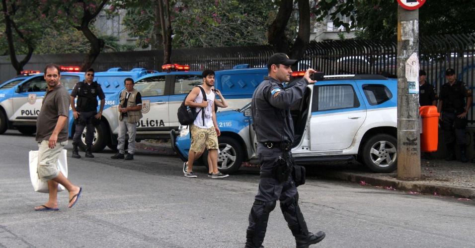 3.jun.2016 - Estudantes da Uerj bloqueiam os dois sentidos da Rua São Francisco Xavier, em frente ao portão principal da universidade, durante protesto na manhã desta sexta-feira (3), no Rio de Janeiro (RJ)