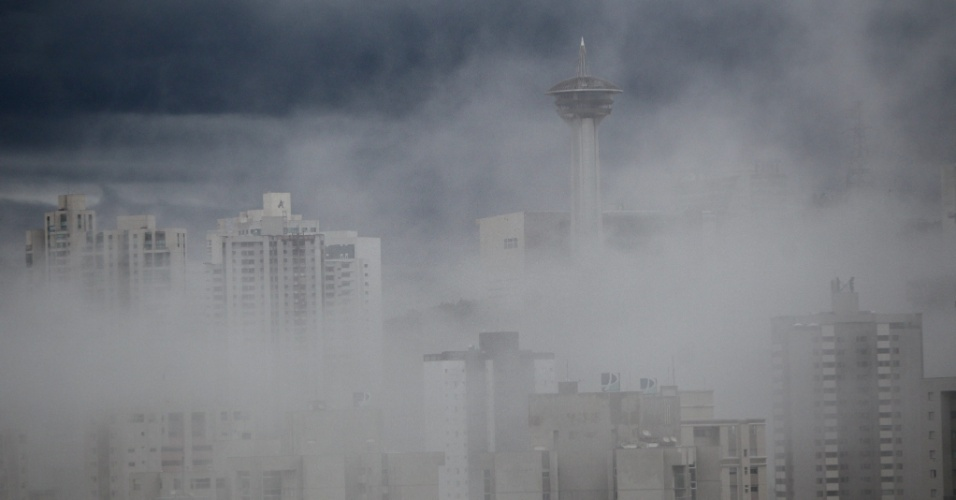 3.jun.2016 - O Vale do Sereno, em Nova Lima, região metropolitana de Belo Horizonte, amanheceu nesta sexta-feira  sob forte neblina. Em pleno outono, os termômetros já marcaram 0.4ºC no sul do Estado de Minas Gerais