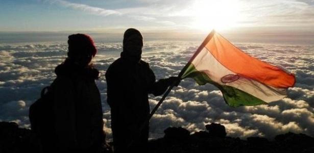 O casal afirma que completou a escalada de 8.850 metros no dia 23 de maio