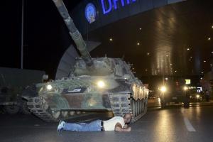 15.jul.2016 - Homem deita em frente de um tanque do Exército turco no aeroporto de Ataturk