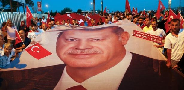 Jornalista assinou coluna criticando exageros sobre a tentativa de golpe na Turquia