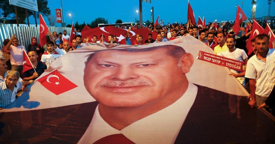 21.jul.2016 - Manifestantes pró-governo seguram um cartaz gigante com a foto do presidente turco Recep Erdogan, durante passeata em direção ao lado asiático da ponte de Bósforo, em Istambul, na Turquia. Erdogan declarou estado de emergência por três meses em todo o país após uma tentativa fracassada de golpe de Estado na semana passada