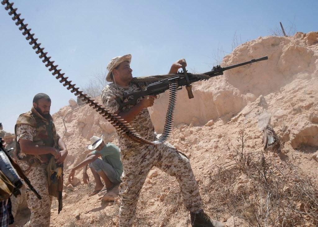 22.jul.2016 - Soldado das forças armadas líbias dispara arma durante uma batalha com membros do Estado Islâmico em Sirte, na Líbia. Ao menos 22 participantes das milícias que apoiam o governo de unidade líbio morreram e outros 175 ficaram feridos durante os últimos enfrentamentos com os jihadistas do grupo terrorista na região