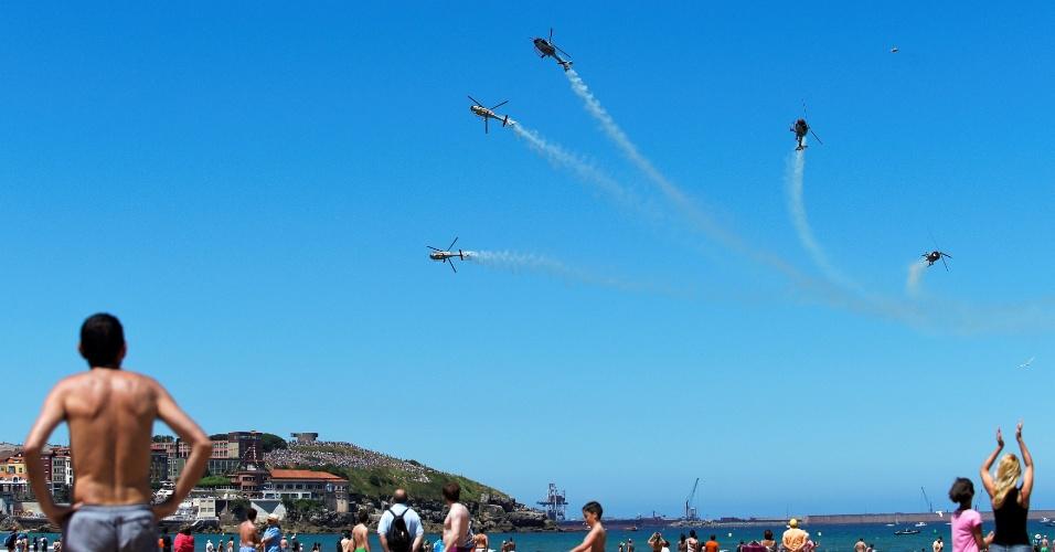 24.jul.2016 - O Patrulla Aspa, grupo de acrobacia aérea da Força Aérea da Espanha, faz demonstração sobre a praia de San Lorenzo, em Gijon, no norte do país