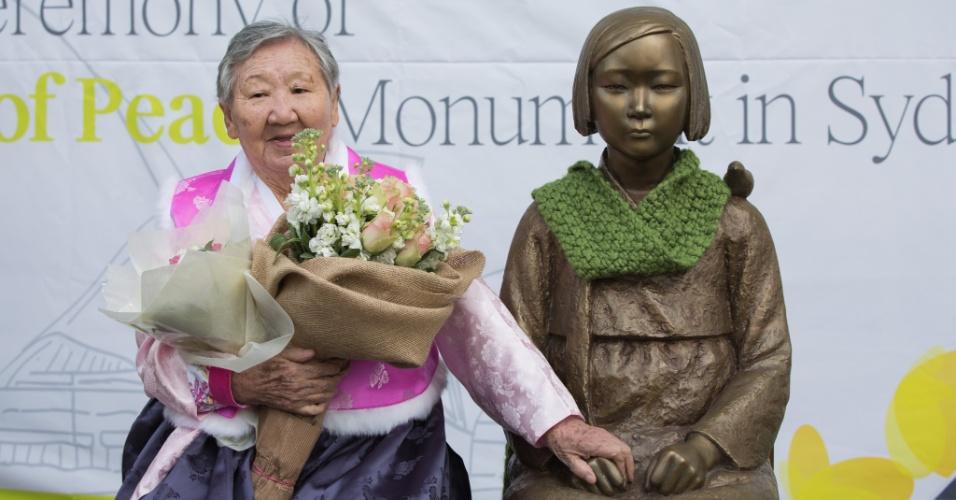 """6.ago.2016 - Gil Won-ok segura na mão da estátua que representa as """"mulheres de conforto"""" durante sua a inauguração, em Sydney (Austrália). Gil Won-ok foi uma dessas """"mulheres de conforto"""", que foram feitas escravas sexuais durante a Segunda Guerra Mundial"""