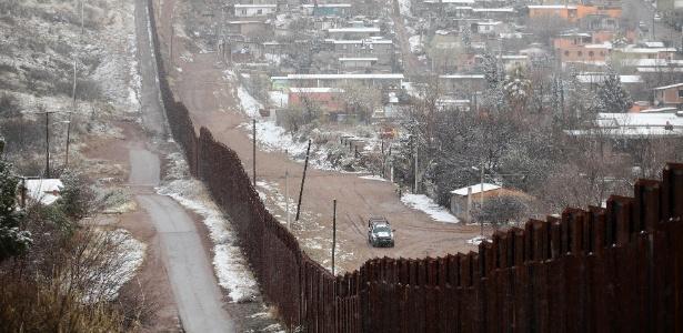 Muro marca fronteira entre EUA e México em Nogale