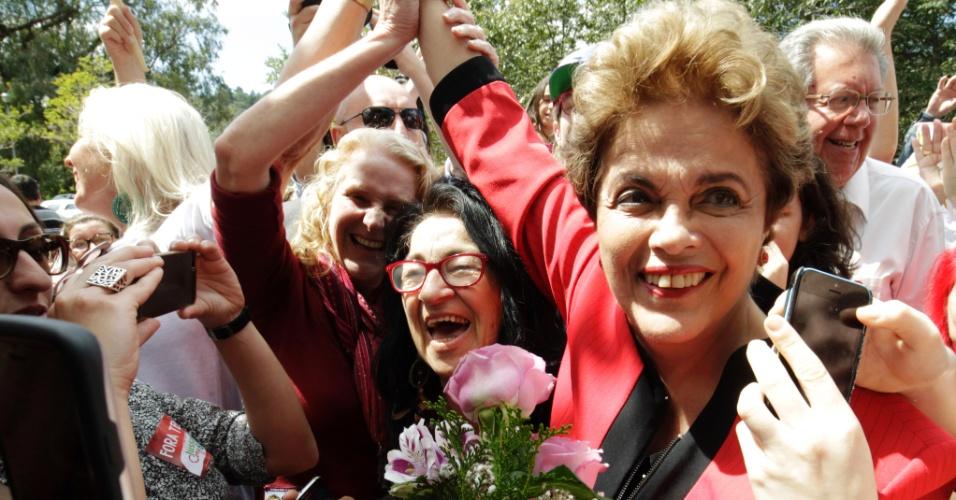 2.out.2016 - A ex-presidente Dilma Rousseff chega à escola estadual Santos Dummont, na zona sul de Porto Alegre, às 13h29 deste domingo (2) e foi recepcionada por centenas de militantes com flores e cartazes escritos ?Fora, Temer?
