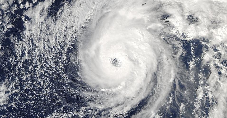 """13.out.2016 - O satélite Aqua, da Nasa, flagrou esta imagem de outro furacão com potencial de ser devastador. A foto mostra o furacão denominado Nicole, descrito pela agência norte-americana de furacões como """"extremamente perigoso"""", se aproximando da ilha de Bermudas. No momento da imagem, o furacão estava na categoria 2, mas ele pode chegar à categoria 3 com ventos de até 205 km/h. O furacão chegou às Bermudas nesta tarde"""
