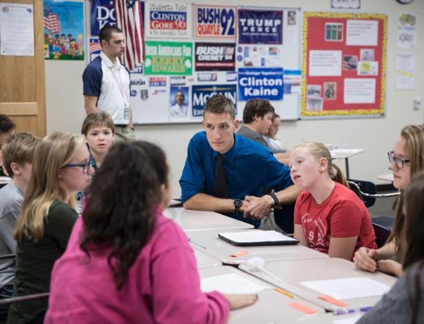 Brent Wathke acompanha seus alunos em discussão sobre as eleições nos EUA