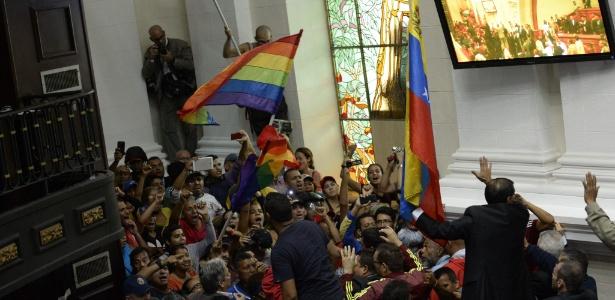 Chavistas invadem Parlamento venezuelano durante debate sobre referendo contra Maduro