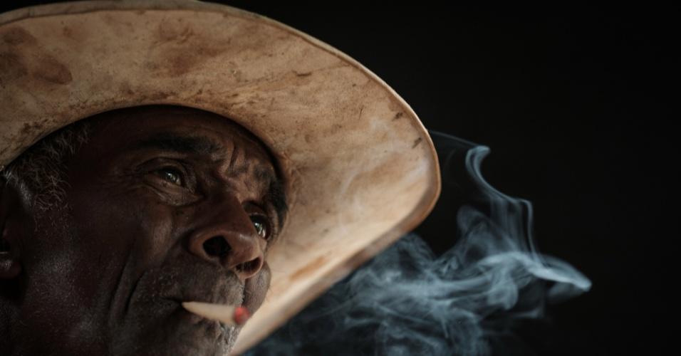 3.nov.2016 - Fazendeiro brasileiro de 76 anos, José Pascual, fuma tabaco na vila de Paracatu de Baixo - que foi arruinada pela enchente de lama após o colapso do reservatório da mineradora Samarco no ano passado - em Minas Gerais, Brasil