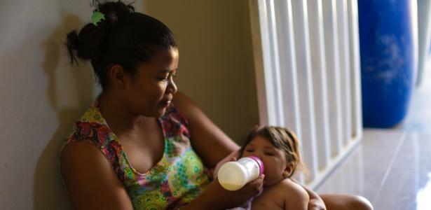 Perola, que nasceu com microcefalia, e a mãe Marcione Gomes da Rocha, moradoras da cidade de Betânia, no sertão de Pernambuco