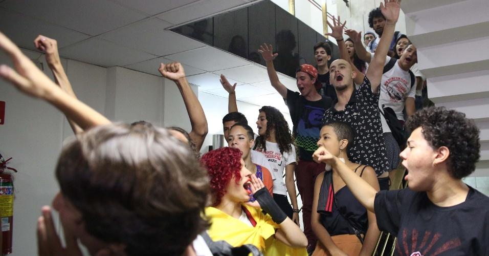 7.dez.2016 - Estudantes realizam protesto durante votação do relatório final da CPI da Merenda, na Assembleia Legislativa de São Paulo (SP), nesta quarta-feira (7). A CPI apura superfaturamento e pagamento de propina em contratos da merenda escolar do governo Geraldo Alckmin (PSDB)