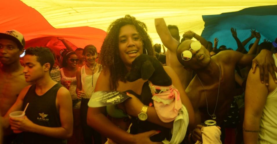 11.dez.2016 - Sob bandeira multicolorida, participantes celebram a 21ª Parada do Orgulho LGBT do Rio de Janeiro, na orla de Copacabana, zona sul da cidade