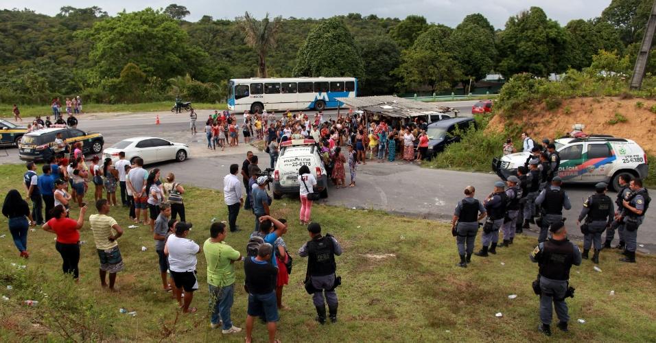 2.jan.2017 - Parentes de presos aguardam notícias nas proximidades do Compaj (Complexo Penitenciário Anísio Jobim), em Manaus