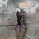 Banho frio na concorrência: donas de lava-jato brigam com mangueira de água - Reprodução