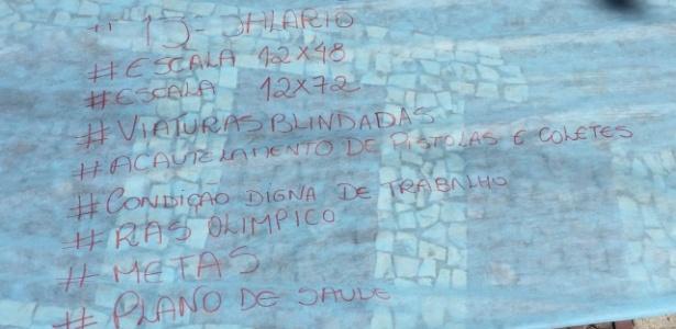Reivindicações da familiares de PMs que tentam impedir o patrulhamento nas ruas do Rio de Janeiro
