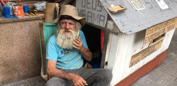 José Valsonir Gauer, ou Soni, que vive em uma casinha de madeira na avenida mais movimentada do centro de Curitiba, a 50 metros da sede da força-tarefa