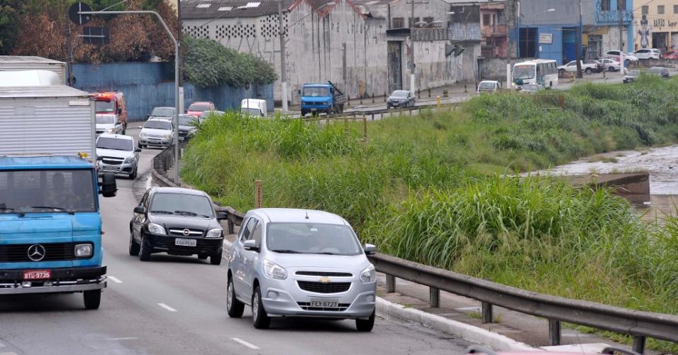 26.abr.2017 - Mato na avenida Aricanduva, na altura da passarela Confrade Antonio C. Braz, na zona leste de São Paulo