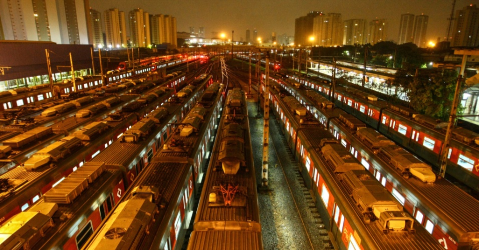28.abr.2017 - Composições da CPTM paradas no pátio da estação Presidente Altino, na Grande São Paulo, durante greve geral