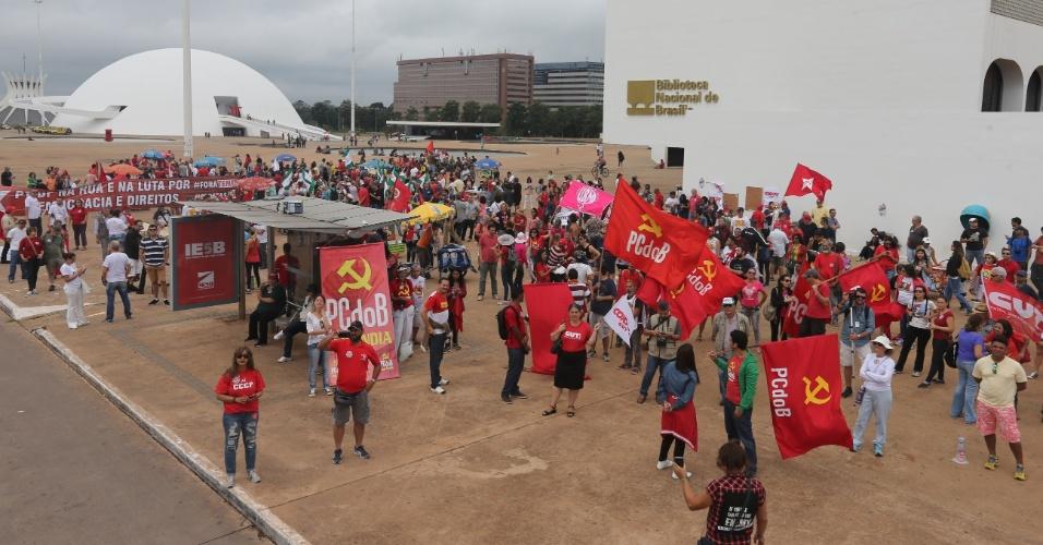 21.mai.2017 - Manifestantes se reúnem em frente ao Museu Nacional, em Brasília, para ato contra o governo Temer