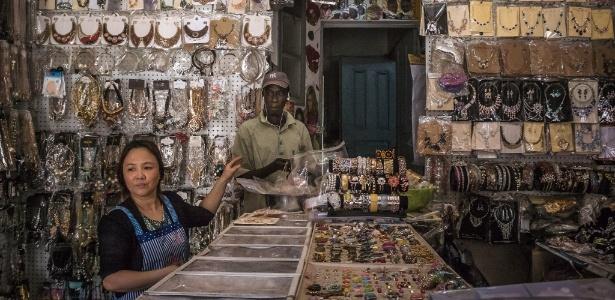 Lojista chinesa vende bijuteria baratas no bairro Centenaire, em Dacar, no Senegal