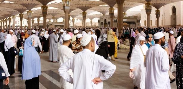 Peregrinos em mesquita em Medina, Arábia Saudita