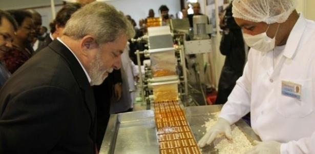 Lula durante visita às instalações da fábrica de antirretrovirais, em 2010