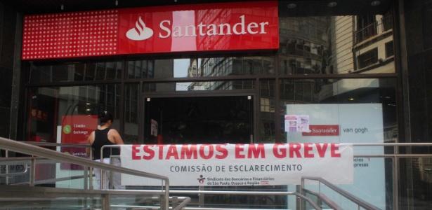 Bancários paralisam atividades em agência do Santander em São Paulo nesta quarta