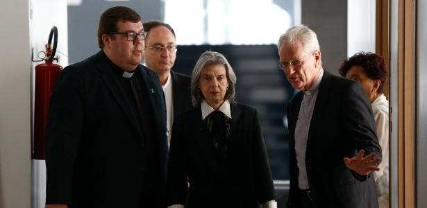 Carmen Lucia participa de evento da CNBB ao lado do secretário-geral da entidade, dom Leonardo Steiner, e do presidente da CNBB, Cardeal Sérgio da Rocha
