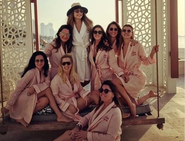 Mina Basaran e as amigas durante a despedida de solteira em Dubai