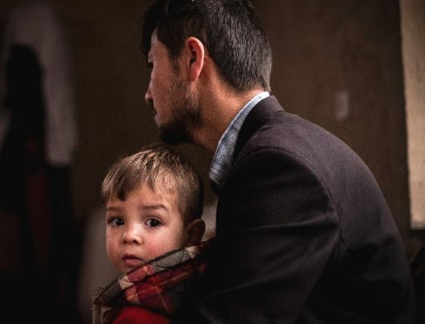 Sayed Assadullah abraça seu filho Donald Trump, em Cabul, no Afeganistão