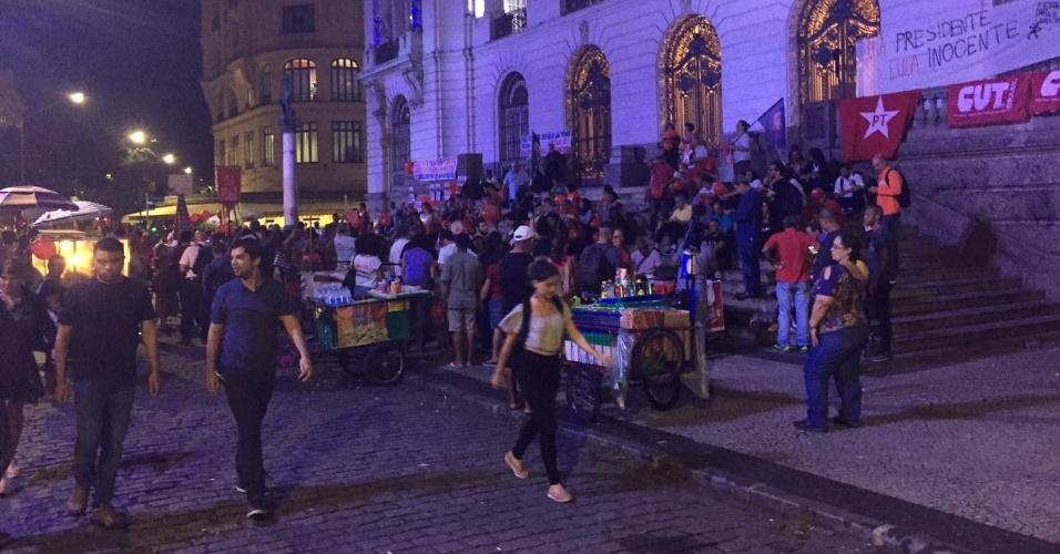 4.abr.2018 - Manifestantes fazem ato em apoio ao ex-presidente Lula na Cinelândia, no Centro do Rio